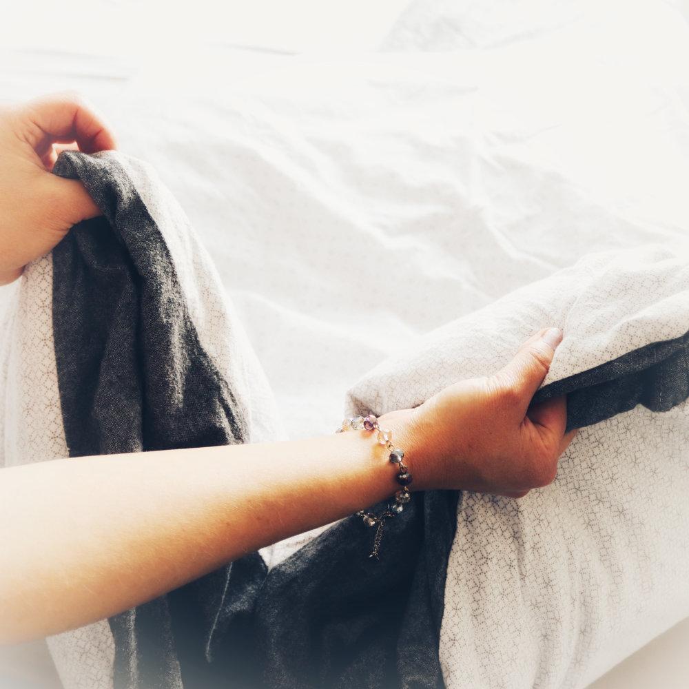 Bettdecke aufschütteln