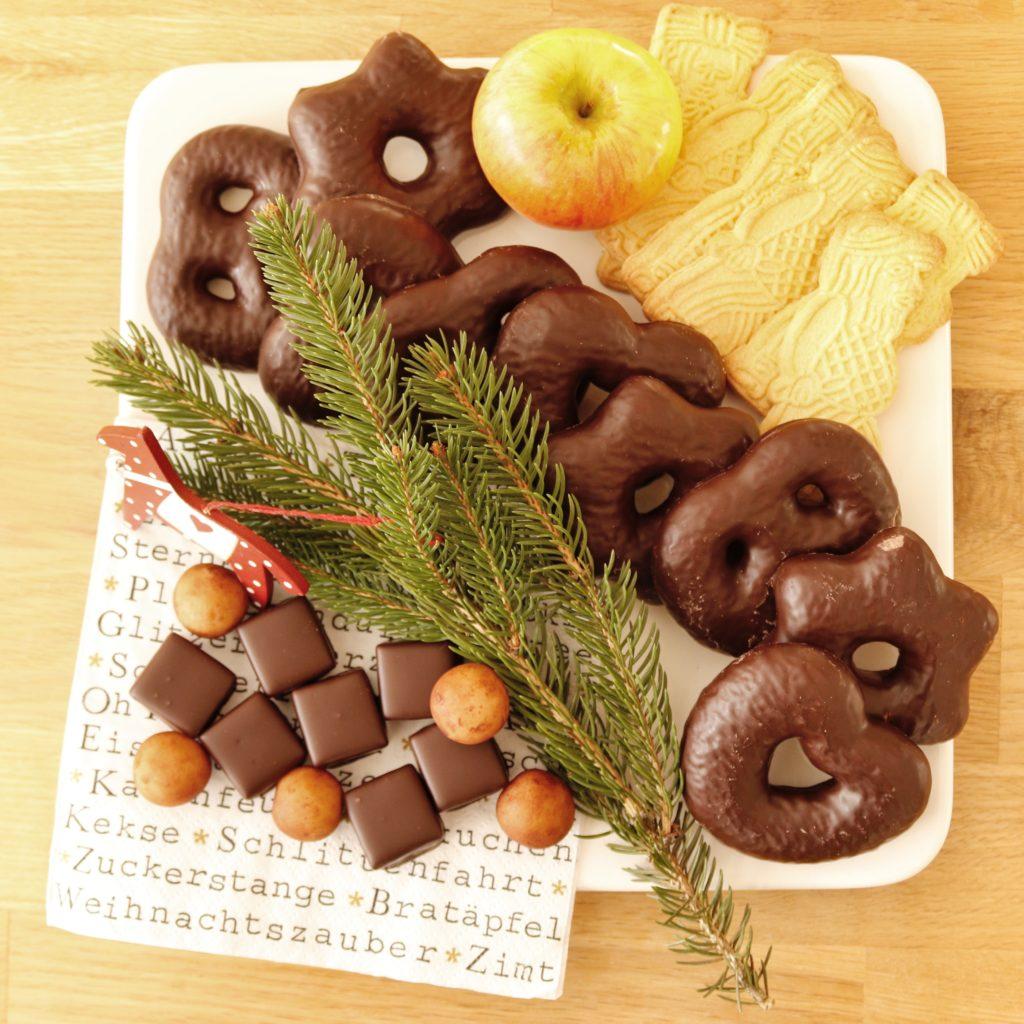 Teller mit Weihnachtsplätzchen