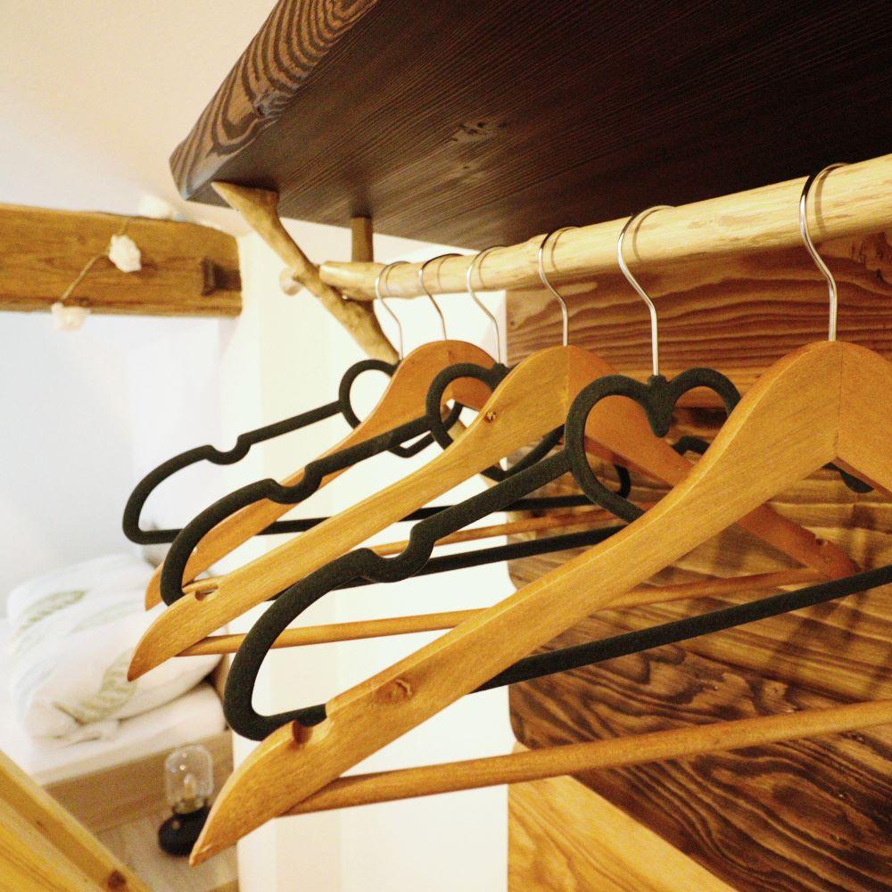 Ferienwohnung Hühnerställchen: Kleiderbügel im Schlafzimmer
