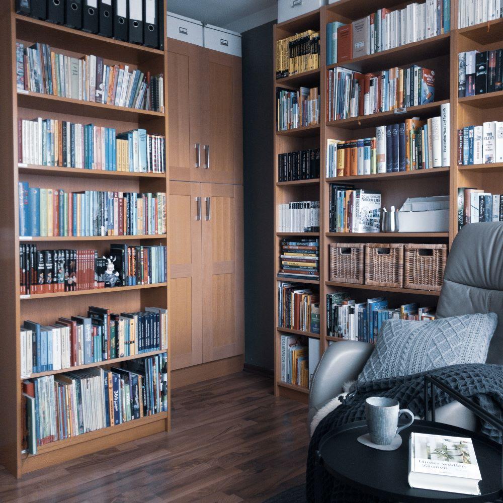 Hack 2, Bibliothek mit IKEA-Küche als Wandschrank mit Stauraum